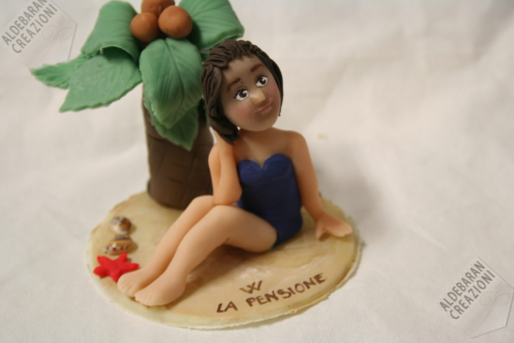 cake topper pensionamento con signora sulla spiaggia