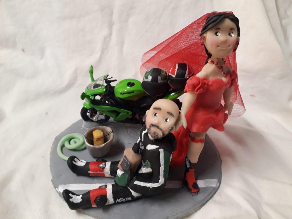 cake topper sposo trascinato sposa in rosso